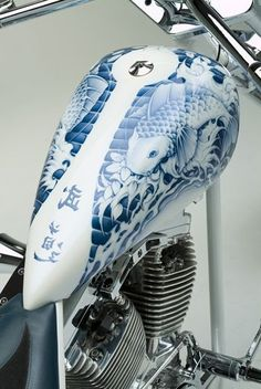 Airbrush Work~ ich steh ja nicht so auf Asien, aber das hat was ! I know, it's not pinstriping, but it is still stunning! Custom Paint Motorcycle, Motorcycle Tank, Motorcycle Design, Custom Bikes, Custom Bobber, Airbrush Art, Pinstriping, Tank Design, Bike Design