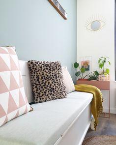 Interieur trend: een keukenbankje in je eethoek. Met een kussen op maat in Sunbrella Solids, kleur Mint. Decor, Furniture, Throw Pillows, Home Decor, Bed, Pillows, Couch