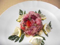 Carpaccio di tonno con olive taggiasche, pomodoro ed erbetta. Sino al 15 luglio con la festa del pesce azzurro.