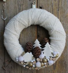 8 white Christmas crowns that you can make yourself! 8 white Christmas crowns that you can make yourself! Wreath Crafts, Diy Wreath, Christmas Projects, Holiday Crafts, White Wreath, Burlap Wreath, Noel Christmas, Winter Christmas, Handmade Christmas