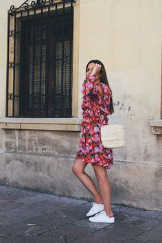 Summer #outfit wearing floral dress, raffia bag and sneakers   #fashion #style #moda #look