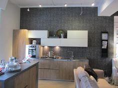 cucina in legno grezzo nodato e laccato panna top il laminato cemento carta sul fondo Andrew Martin