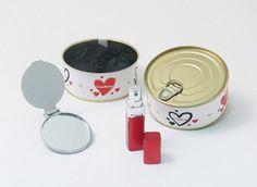 detalle de boda original perfumador y espejo en lata