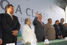 """""""En Veracruz seguimos para adelante en materia educativa"""", expresó el Ejecutivo acompañado del secretario de Educación de Veracruz, Adolfo Mota Hernández, y la presidenta municipal Elizabeth Morales García."""