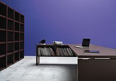 Librerie in nobilitato 18mm per struttura e schienale, 25mm per ripiani, 18mm per controfianchi e top modulare.