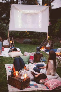 Als het 's avonds donker is dan is dit een heel goed idee voor een bioscoop, makkelijk en goedkoop