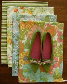 Betz White shows you how to sew up your own shoe bags using some some cute thrifted sheets. I'm also coveting her green flats!