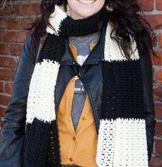 Écharpe faite de carrés bicolores.