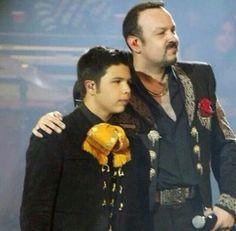 Pepe Aguilar y su hijo Leonardo Aguilar.