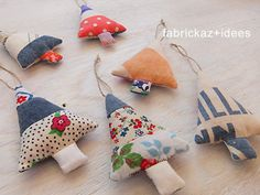 handmade*zakka | fabrickaz+idees Handmade Ornaments, Xmas Ornaments, Christmas Baubles, Christmas Sewing, Christmas Projects, Holiday Crafts, Christmas Makes, Christmas Holidays, Fabric Christmas Trees