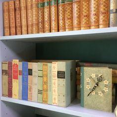 (SWE)Recycle old books. Make a box that stands on a bookshelf covered with book spines. If you look high enough above you see the box.// En låda i bokhyllan klädd med bokryggar.  Om man tittar tillräckligt högt uppifrån ser man lådan.