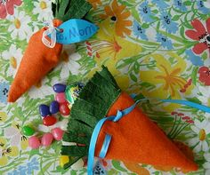 Cute carrot candy pouches. Made with felt and filled with treats. #Crafts #Favors