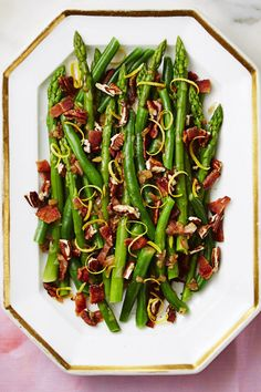 Nutty Green Beans and Asparagus with Bacon – Bacon, shallots, pecans and lemon zest give new life to sad, steamed veggies. Say goodbye to bland green beans once and for all. Click through to see the entire gallery and for more easter side dishes. Easter Side Dishes, Holiday Side Dishes, Ham Dishes, Herb Roasted Chicken, Roast Chicken Recipes, Green Bean Recipes, Orange Recipes, Thanksgiving Green Beans, Easy Christmas Dinner