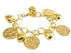 Pulseira em banho de ouro branco, com berloques de coração, leve, metal polido. R$51,00
