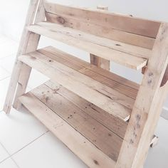 Uma das coisas que mais faz sucesso aqui em casa, é a sapateira escada que o maridinho @cleber_fba fez de pallet! Ainda falta uma madeira no topo e fazer o acabamento em alguns lugares para poder envernizar ou pintar. Não me decidi ainda se deixo nessa cor ou pinto de branco! Ou cinza! Ou cobre, já pensou? HAHA