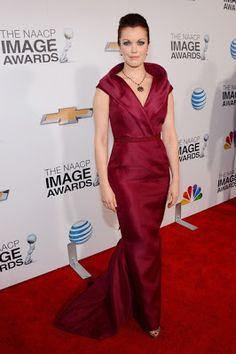 Bellamy Young in J. Mendel - NAACP Image Awards 2013. Para más de moda visita el blog que te asesora como llevar las mejores tendencias.. www.tuguiafashion.com