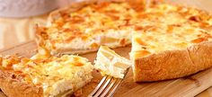 Savoury Pear Tart on a Bed of Lightly Dressed Baby Arugula. Quiches, Pear Tart, French Cheese, Cheese Pies, Greek Dishes, Yummy Food, Tasty, Yogurt Recipes, Cakes And More