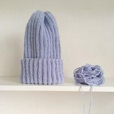 Зачем тебе нужна эта шапка? 🤨 Все очень просто 🤗  ⠀⠀⠀⠀  Она греет твои ушки в лютый мороз! Ветер, снег и даже дождь ей ни по чем 💨  ⠀⠀⠀⠀  А ещё эта модная шапка такого приятного цвета, что отлично дополнит твой зимний лук, и даже может подчеркнуть твои красивые глазки 👩🏼  ⠀⠀⠀⠀  🔹Шапка «Тыковка». Супер цвет - голубое небо, материал -мериносовая шерсть/акрил (50/50). С удовольствием могу поворотить в другом цвете 😉  ⠀⠀⠀⠀  Носите шапки, будьте модными 😎 и не болейте 🤒