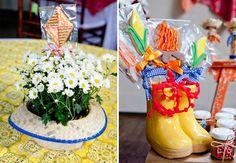 Festa infantil junina - Copie esse simples enfeite de mesa: um chapéu de palha com pequenas margaridas. As botinas também servem para colocar os biscoitos, esses decorados são de Maura Diniz.