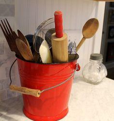 New kitchen decor red utensil holder 58 ideas 50s Kitchen, Red Kitchen Decor, Vintage Kitchen Decor, Farmhouse Kitchen Decor, Kitchen Utensils, Country Kitchen, Rustic Farmhouse, Kitchen Design, Kitchen Ideas