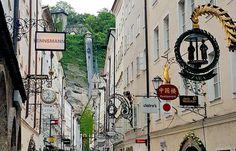 Viajando para a Áustria? Visite e passeie por Salzburg com guia em português e conheça mais sobre a história dessa linda cidade. Dicas do que fazer, onde comer e muito mais... Getreidegrasse salzburg
