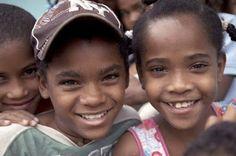 Los güevedoces, las niñas que se convierten en niños a los 12 años.  En los años 70 se dio a conocer el caso de una región de República Dominicana donde una de cada 50 niñas se convertía en niños al alcanzar la pubertad.  Teguayco Pinto | El Diario, 2015-10-17 http://www.eldiario.es/sociedad/guevedoces-transgenero-hermafroditismo-ciencia_0_441306744.html