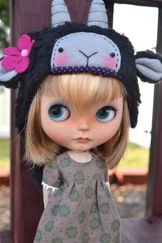 Blythe dolls on this site, so cute!