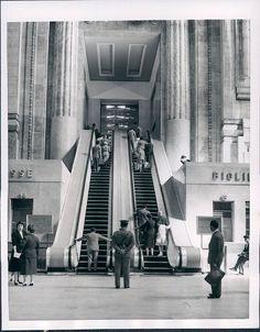 Stazione Centrale, Salone dei Biglietti,1955 Milan, Vintage Italy, Bella, Vintage Photos, Architecture Design, Beautiful Places, Train Stations, Explore, Black And White