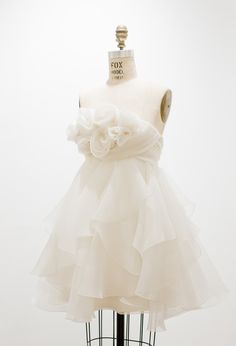 the cinderella project: because every girl deserves a happily ever after: Fab Frocks Friday: Marchesa Marchesa, Pretty Dresses, Beautiful Dresses, Gorgeous Dress, Elegante Y Chic, Dress Form Mannequin, Mannequin Art, Little White Dresses, Mode Style