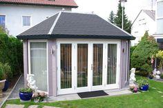 Gartenpavillon in Steingrau mit bodentiefen Fenstern.