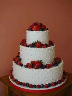 Torta ricoperta di pasta reale e decorata con frutti di bosco