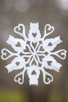 Enimmäkseen poutaa: Paperinen lumihiutale kissateemalla, ohjeet ja malli Paper Snowflake Template, Paper Snowflake Patterns, Snowflake Cutouts, Paper Cutting Patterns, Paper Snowflakes, Diy Arts And Crafts, Christmas Projects, Holiday Crafts, Christmas Crafts