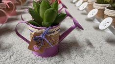 Detalle de boda de mini cactus o planta suculenta natural montado en mini regadera cubremacetas de yute y decorada con cinta. Elegante detalle de boda, comunión o fiesta para regalar a tus invitados y se lleven un buen recuerdo de tu gran día. #detallesdeboda #boda2020 #boda #barcelona #cactus #regalo Mini Cactus, Cactus Y Suculentas, Watering Can, Baby Shower, Canning, Barcelona, Natural, Ideas, Wedding Day Gifts