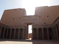 El imponente templo es de estilo grecorromano, muy característico de los templos de los Ptolomeos, en la fachada de los pilonos se representa el triunfo contra los enemigos, es considerado el segundo templo más grande después de Karnak Grande, Temples, Book, Arquitetura, Enemies, Second Best, Egypt, Style