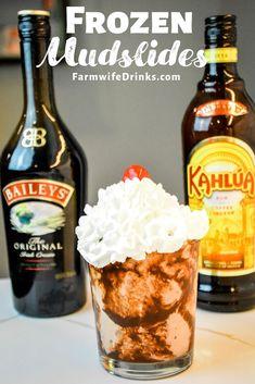 kokteyl tarifleri Frozen mudslides are the boozy chocolate milkshakes with the blending of chocolate and vanilla ice cream, Kahlua, Baileys Irish cream, and vodka. Chocolate Alcoholic Drinks, Alcoholic Milkshake, Baileys Drinks, Milkshake Recipes, Alcoholic Shots, Alcoholic Ice Cream Drinks, Baileys Alcohol, Alcoholic Desserts, Baileys Irish Cream