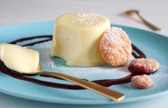 Romige panna cotta met witte chocolade, fris-zure frambozen coulis en verse krokante kaneelkoekjes. Bijzonder, lekker, mooi en ook nog eens makkelijk om te maken. www.vertruffelijk.nl