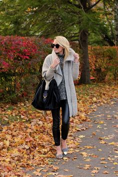 The perfect cozy but chic fall outfit: oversized sweater and coat, leather leggings and flats. –Atlantic-Pacific: Cozy in Kennebunkport Winter Wear, Autumn Winter Fashion, Winter Style, Autumn Girl, Indie, Grunge, Foto Blog, Atlantic Pacific, Hipster