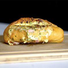 Pão francês recheado 4 unidades de pão francês200g de requeijão1 ovo1 xícara de queijo muçarela ralada1 xícara de presunto picado½ maço de salsinha picada E VAMOS COZINHAR... Em uma tigela, adicionar o requeijão, a muçarela ralada, o presunto picado, a salsinha picada, o ovo e misturar.Fazer um corte no centro dos pães e retirar todo o miolo.Rechear os pães com a mistura, adicionar mais queijo muçarela ralado por cima e levar ao forno preaquecido a 180 graus até dourar.