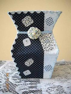 Aprenda a fazer um lindo vaso, reutilizando embalagens de leite. Acompanhe o passo a passo e comece logo a confecção do seu vaso decorativo com embalagens