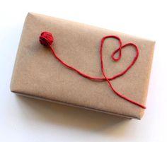 decorare pacchetto regalo con filo di lana