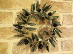 ΧΕΙΡΟΠΟΙΗΤΟ ΚΕΡΑΜΙΚΟ ΣΤΕΦΑΝΙ ΕΛΙΑΣ Olive Wreath, Handmade Art, Handmade Ceramic, Polymer Clay Crafts, Diy And Crafts, Christmas Crafts, Wreaths, Metal, Flowers
