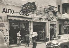 """Na década de 50 na av São João, algumas lojas já se especializavam na reposição de peças automobilísticas originais. Na foto,a loja no número 1081, comercializava várias peças e acessórios para a linha Ford, Chevrolet, Mercury e até """"Lambretas"""". Já a loja vizinha, com uma grade do Buick 52, e Chevrolet 47. Estacionado, um ford 49 e provavelmente a traseira de um Ford Panel 48 com o finalzinho do nome da importadora de peças, pintado na lateral. Foto de 1954"""