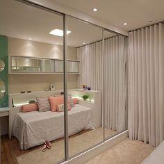Amplitude com armário com portas de correr em espelho  #boanoite #architect #arquiteta #arquitetura #arqmbaptista #arquiteturadeinteriores #decor #details #detalhes #decoracao #decoracaodeinteriores #quartomenina #marianemarildabaptista