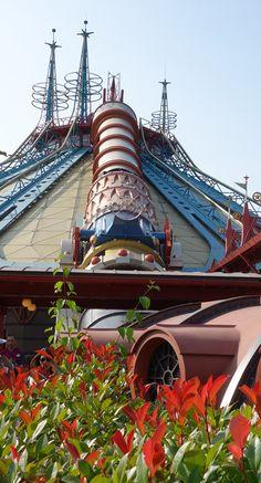 disneyland a public space analysis Disneyland, walt disney's metropolis of nostalgia, fantasy, and futurism, opens on july 17, 1955 the $17 million theme park was built on 160 acres of former orange groves in anaheim, california.