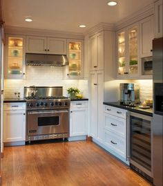 Светодиодные светильники для кухни (49 фото): ярко и функционально http://happymodern.ru/svetodiodnye-svetilniki-dlya-kuxni49-foto-yarko-i-funkcionalno/ Освещение шкафчиков перенесет Вашу кухню в настоящую сказку