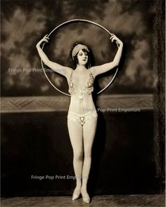 A Ziegfeld Follies girl and her hula hoop. Photograph by Alfred Cheney Johnston, early Cirque Vintage, Burlesque Vintage, Ziegfeld Girls, Ziegfeld Follies, Pin Up, Hula Hoop, Cabaret, Showgirls, Up Girl