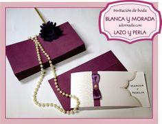 Invitación de boda en morado y blanco adornada con lazo y perla