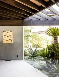 Dans l'entrée, comme dans chaque partie de la maison, la nature fait partie intégrante du décor. Tableau From Point (1978) de Lee Ufan.