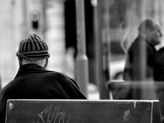 """A exposição """"Anônimos do Rossio"""", de Luiz Jungmann Girafa, revela cenas cotidianas de uma praça na cidade de Lisboa. Saiba mais"""