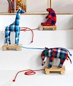 DIY Classic Pull Toy by wonideeen via paintmeplaid via handmadecharlotte http://www.101woonideeen.nl/zelfmaken/mobiele-knuffel-in-30-minuten.html  #Toys #Kids #handmadecharlotte #paintmeplaid #101wonideen